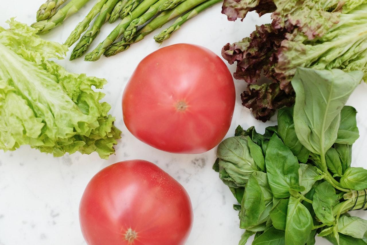 Grøntsager ligger på et bord