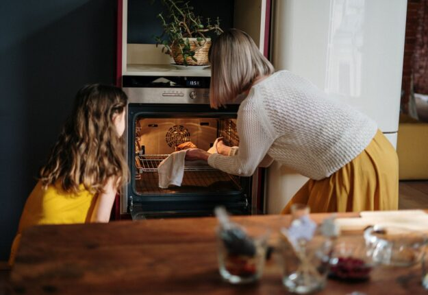mor og barn laver mad sammen