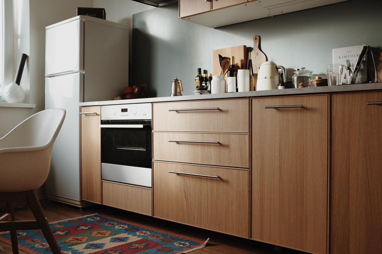 Moderne køkken med brune skabe