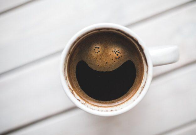 Kaffekop står udenfor